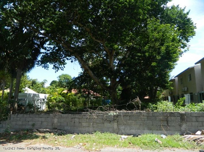 Building lot at walking distance to