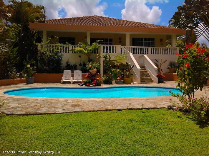 A Charming Villa with Gorgeous Landscaped Yard - NOW ON SALE FOR THE SUMMER!