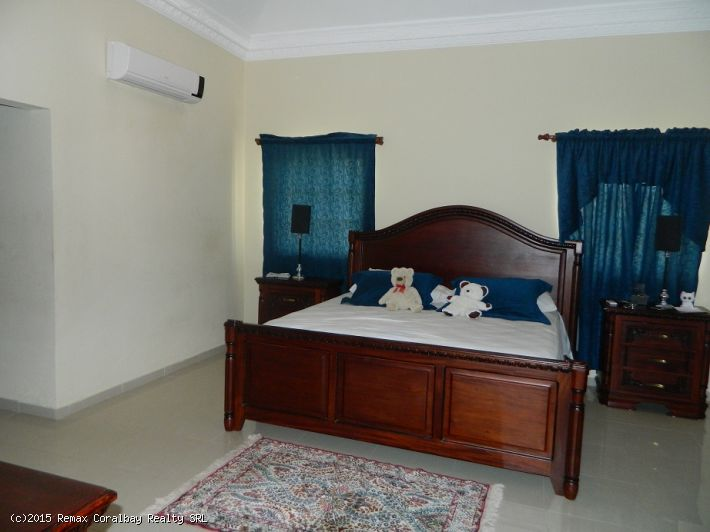 Large 4 bedroom Villa ... 1 km to the beach ..